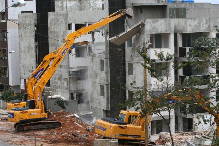 A Demolição de prédios deve tem crescido a cada dia com o avanço do mercado de construção civil. O crescimento de construção de novos empreendimentos tem sido interrupto, com isso é necessário novos terrenos e substituição de construções antigas por novas, modernas e maiores.